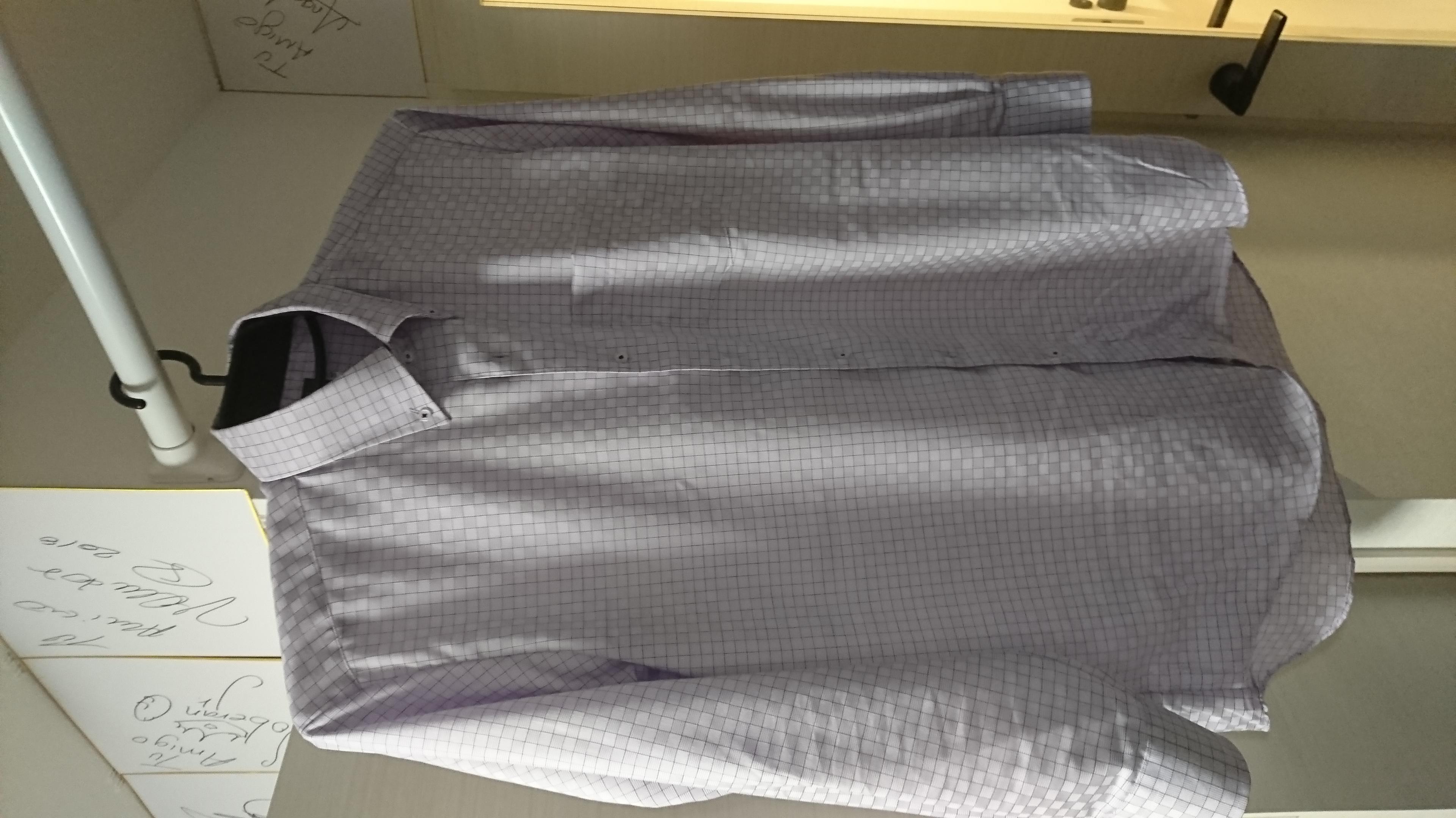 (写真:着用後のパープルシャツ)
