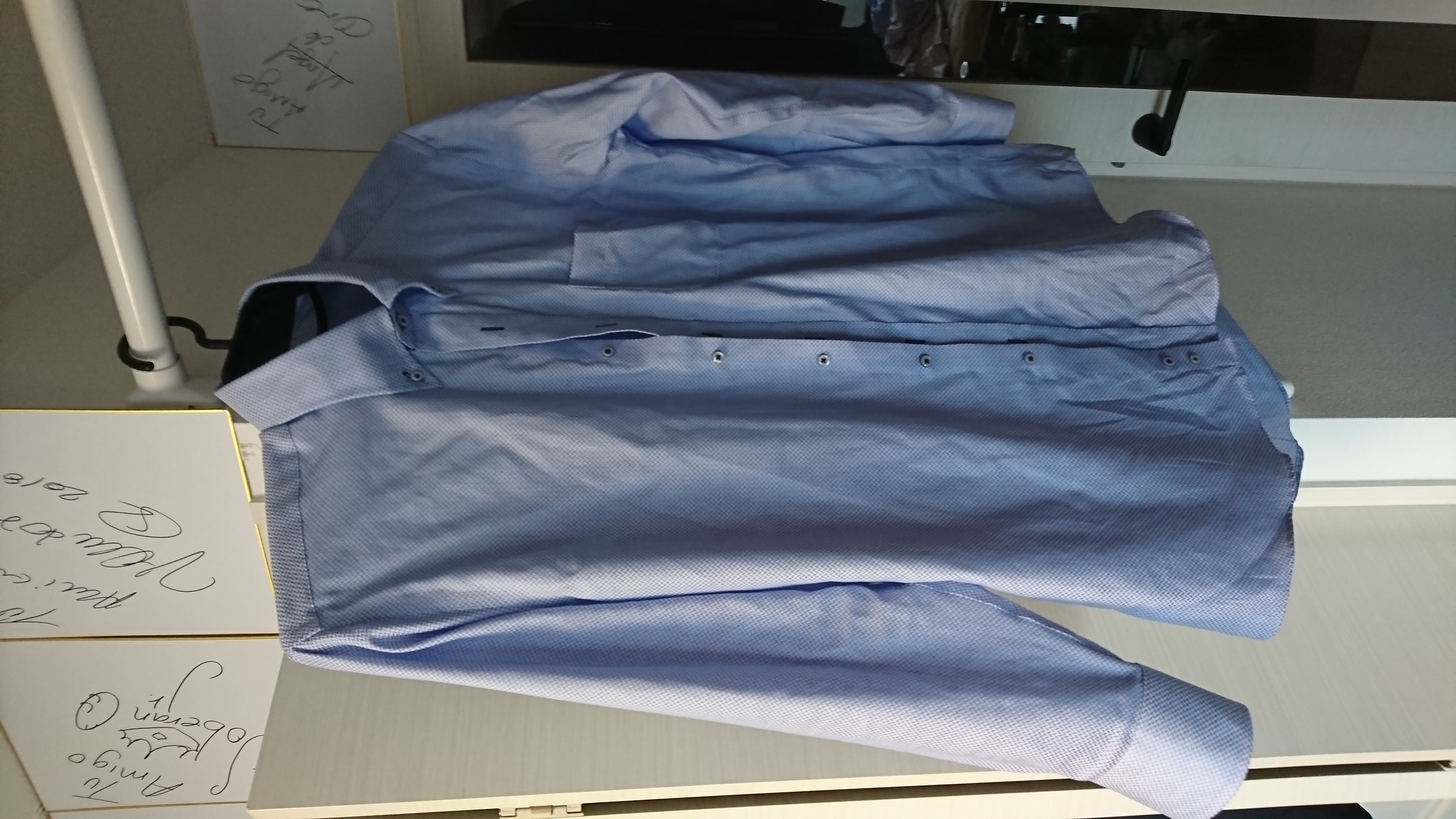 (写真:着用後のブルーシャツ)